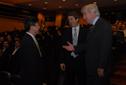 Presidente en ejercicio departiendo con el Sr. Hoo.