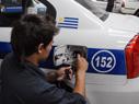 Operario instalando el Sistema de Control Vehicular.