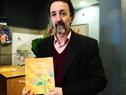 Ferrando sostiene el libro presentado.