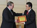 Entrega de placa homenaje por parte del ministro de Cultura, Ricardo Ehrlich