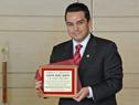 Embajador mexicano ante Uruguay, Felipe Enríquez, exhibe la placa