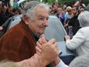 El público presente saluda al Presidente Mujica