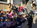 Presidente Tabaré Vázquez saludando a escolares a la llegada del Consejo de Ministros