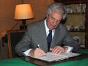 Tabaré Vázquez firmando el libro de la Academia de Ciencias de París