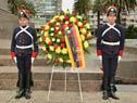 Ofrenda floral al pie del monumento a José Gervasio Artigas en Plaza Independencia