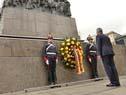 Presidente Alemán coloca una ofrenda floral al pie del monumento a José Gervasio Artigas