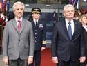 Tabaré Vázquez y Joachim Gauck escuchan los himnos patrios de ambas naciones