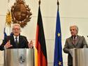 Presidentes Tabaré Vázquez y Joachim Gauck observan la ciudad desde el piso 11 de la Torre Ejecutiva