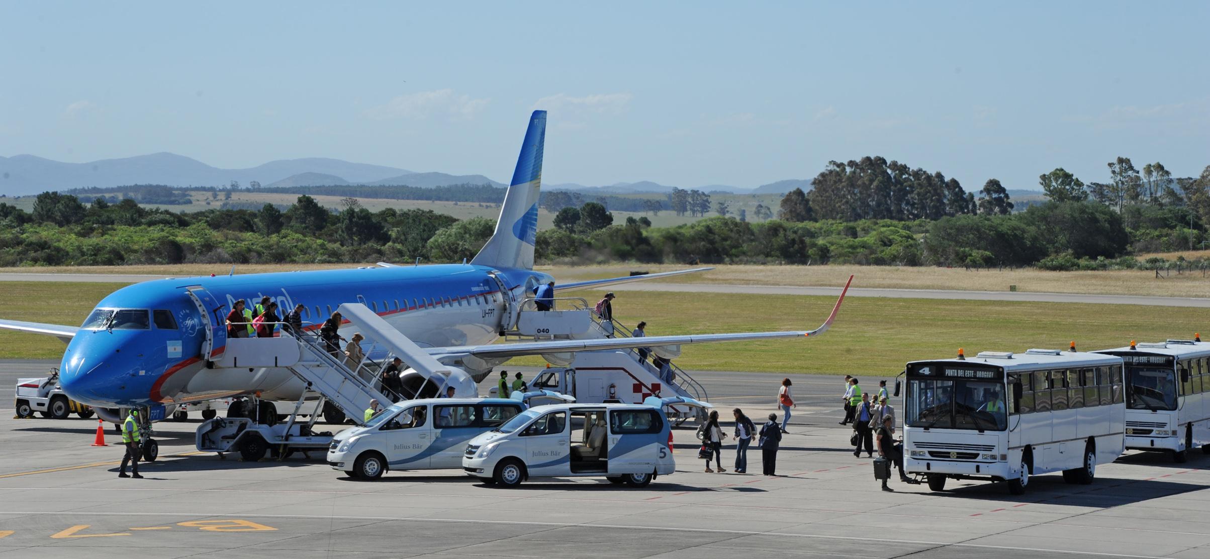 Resultado de imagen para aeropuerto laguna del sauce punta del este aerolineas argentinas