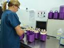 Funcionarios del Servicio Nacional de Sangre durante los procedimienos técnicos posteriores a la donación de sangre
