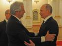 Presidentes Tabaré Vázquez y Vladimir Putin se saludan en los salones del Kremlin