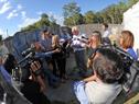 Ministro Rossi realiza declaraciones a la prensa, en el predio en el que funcionaba un centro de reclusión de la dictadura en Canelones