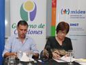 Ministra Marina Arismendi con intendente Yamandú Orsi durante la firma de convenio