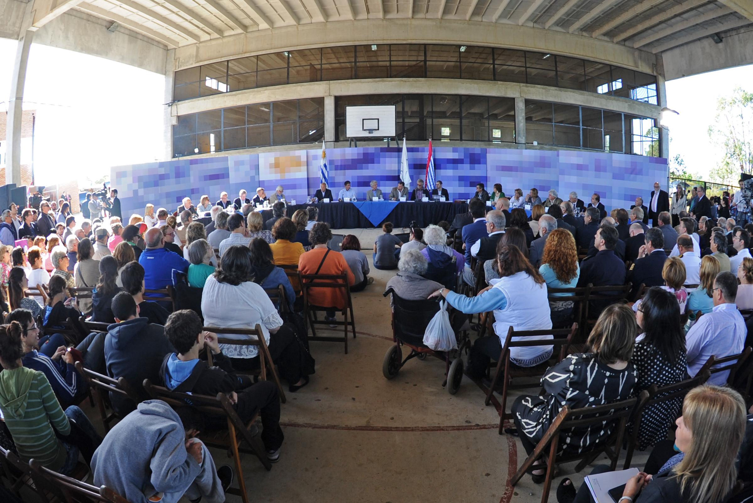 Consejo de ministros abierto en gimnasio del liceo de san for Gimnasio abierto