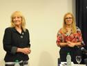 Ministra de Industria, Energía y Minería, Carolina Cosse, junto a presidenta de Ancap, Marta Jara, instantes previos al inicio de la conferencia