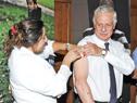 Ministro de Salud Pública, Jorge Basso, recibe la vacuna