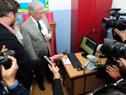 Presidente Vázquez observa el instrumental con el que se hacen los estudios oftalmológicos