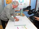 Presidente Vázquez firma el cuaderno de visitas