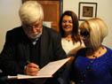 Ministro Bonomi firma el libro de visitas