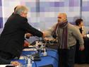 Vecino del Cerrito de la Victoria saluda al Presidente Tabaré Vázquez, y otras autoridades