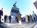 Vázquez se acerca al pie del monumento a Artigas para colocar una ofrenda floral en su homenaje