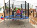 Niños en inauguración de viviendas en el barrio 22 de Abril