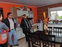 Ministra Eneida de León, visitando una de las casas