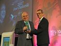 Oscar Robles director ejecutivo de LACNIC, entrega reconocimiento a José Clastornik, director de AGESIC