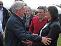 Al finalizar del Consejo, Vázquez saluda a vecinos locales
