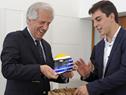 Presidente Vázquez recibe un obsequio por parte de Santiago Urrutia