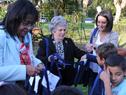 María Auxiliadora Delgado junto a autoridades del Programa de Salud Bucal hacen entrega de material a escolares