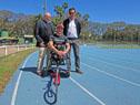 Coordinador de Deportes Federados y de Programas Especiales, Alberto Espasandín y Pablo Hernández, junto al deportista uruguayo Eduardo Dutra