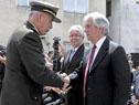 Presidente Vázquez y el Jefe del Estado Mayor de la Defensa, José Saavedra se saludan