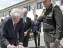Presidente Vázquez firma el libro de visitas