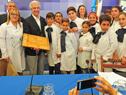 Escolares entregan obsequio al presidente, Tabaré Vázquez