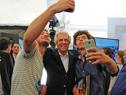 Vázquez se saca una autofoto con estudiantes locales