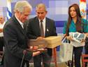 Intendente de Flores, Fernando Echeverría, le entrega un obsequio al presidente Vázquez