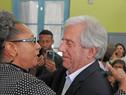 Vázquez se saluda con la relatora para pueblos afrodescendientes de la OEA y miembro de la CIDH, Margarette May Macaulay