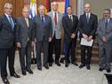 Danilo Astori y Antonio Carámbula se fotografían con integrantes de la Cámara Uruguayo-Alemana