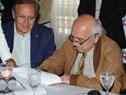 Rector de la Universidad de la República, Roberto Markarian, firma el acuerdo
