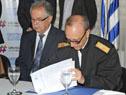 Presidente del Instituto Antártico Uruguayo (IAU), Daniel Núñez, firma el acuerdo