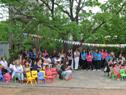 Niños y maestros durante el acto de inauguración