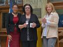 Presidente del Correo, Solange Moreira, y ministra de Industria, Carolina Cosse, junto a una funcionaria postal destacada