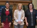 Presidente del Correo, Solange Moreira, y ministra de Industria, Carolina Cosse, junto a funcionarios postales destacados