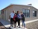 Familia que recibe vivienda en el barrio Estadio de Pando Norte