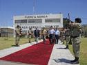 Vázquez se dirige del área militar del aeropuerto internacional de Carrasco Gral. Cesáreo Berisso, hacia la aeronave de la Fuerza Aérea Uruguaya