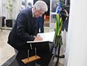 Vázquez firma el libro de visitas