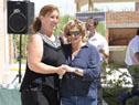 Ministra de Vivienda, Eneida de León, entrega llave a vecina