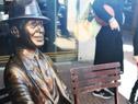 Estatua en homenaje a Gardel en la avenida 18 de Julio