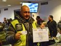 Ciudadano que recibió su diploma de curso de seguridad vial